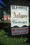 Unterzeichnen Sie außerhalb des alten Hotels und des Gasthauses in Stockbridge VT Stockbilder