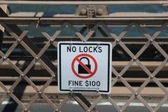 Unterzeichnen Sie auf den warnenden Leuten der Brooklyn-Brücke einer Geldstrafe $100, wenn Sie einen Verschluss auf die Brücke se Stockfotos