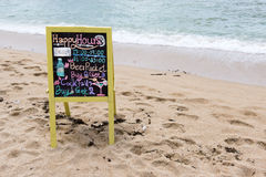 Unterzeichnen Sie auf einem schönen Strand für Schnäpse und Bier Lizenzfreies Stockbild