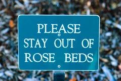 Bleiben Sie bitte aus Rosen-Betten heraus Lizenzfreies Stockfoto