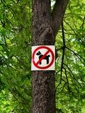 Unterzeichnen Sie das Verbieten des Hundes, der in einen botanischen Garten geht Stockbilder