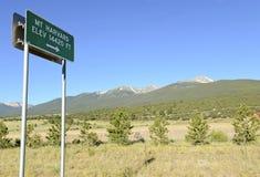 Unterzeichnen Sie das Zeigen, zum von Harvard, Colorado 14er anzubringen in Rocky Mountains Lizenzfreies Stockfoto