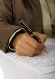 Unterzeichnen Sie den Vertrag stockfotografie