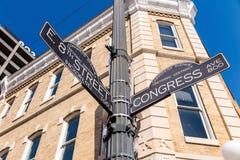 Unterzeichnen Sie an der Kreuzung von der Westen-8. Straße und von der Kongress-Allee Stockfotos