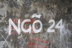 Unterzeichnen Sie die keine Gasse 24 auf altem wSign die keine Gasse 24 auf alter Wand in Hanoiall in Hanoi Stockbilder