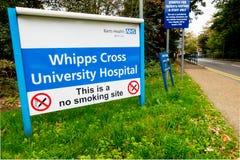 Unterzeichnen Sie am Eingang zum Whipps-Kreuz-Krankenhaus, stockbild