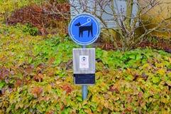 Unterzeichnen Sie für den Hund, der Reinigung im Park von Lausanne verschmutzt stockfotografie