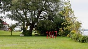 Unterzeichnen Sie für 2017 in einem grasartigen Rasen in einem Park Lizenzfreies Stockfoto