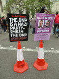 Unterzeichnen Sie gegen den BNP während eines BNP-Protestes in Londons Westminster Lizenzfreie Stockbilder