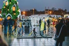 Unterzeichnen Sie Grüße von Vilnius- und Weihnachtsbaum in Vilnius Litauen 2015 Lizenzfreie Stockbilder