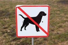 Unterzeichnen Sie herein den Parkhund, den das Gehen verboten wird Lizenzfreies Stockbild