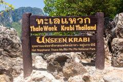 Unterzeichnen Sie herein Tup-Inselstrand zwischen Phuket und Krabi in Thailand Lizenzfreies Stockbild