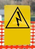 Unterzeichnen Sie mit dem Symbol eines Blitzbolzens für Stromschlag Dange Stockfoto