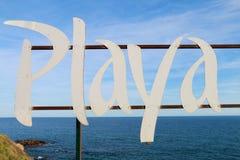 Unterzeichnen Sie mit dem Wortstrand, der auf spanisch geschrieben wird: PLAYA lizenzfreies stockfoto