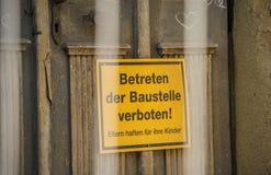 Unterzeichnen Sie mit den deutschen Wörtern für BEWARE DES ÜBERTRETENS DES CONSTRU lizenzfreie stockbilder