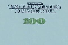Unterzeichnen Sie mit einer Banknote 100 Dollar auf einem grauen Hintergrund Stockbild