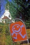 Unterzeichnen Sie mit glücklicher Zeichentrickfilm-Figur am Kindergarten im Herbst in Catskills, NY Lizenzfreie Stockfotos