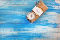 Unterzeichnen Sie Reise und Kompass auf altem Buch - Weinleseart Stockbilder