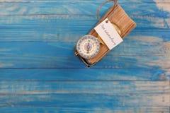 Unterzeichnen Sie Seeabenteuer und Kompass auf altem Buch - Weinleseart Stockbild