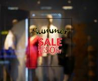 Unterzeichnen Sie Sommerschlussverkaufrabatt 50 Prozent mit undeutlicher Anzeige Stockbild