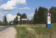 Unterzeichnen Sie und ein Stele am Eingang zum Dorf von Nyuksenitsa, Vologda-Region Stockbilder