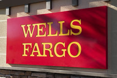 Unterzeichnen Sie vorbei Wells Fargo Banking Institution Stockbilder