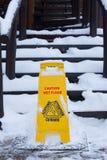 Unterzeichnen Sie vorsichtig glatten Boden auf einer Straße im Winter nahe der Treppe stockbild