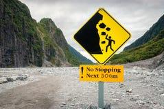 Unterzeichnen Sie warnende Wanderer von gefährlichen Steinschlägen in einem Tal Stockfoto