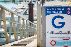Unterzeichnen Sie, wo es auf französisch geschrieben wird - zugreifen auf reserviertes für Benutzer Stockbild