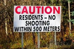 Unterzeichnen Vorsicht-Bewohner, kein Schießen innerhalb 500 Meter Stockfoto