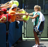 Unterzeichnende Autogramme Tennisprofi-Agnieszka Radwanskas nach Praxis für US Open 2013 Stockfotografie