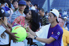 Unterzeichnende Autogramme Tennisprofi-Kei Nishikoris nach Praxis für US Open 2014 Stockbilder