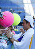 Unterzeichnende Autogramme Tennisprofi-Kei Nishikoris nach Praxis für US Open 2014 Stockbild