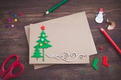 Unterzeichnende handgemachte Weihnachtskarte mit Filzc$weihnachten-baum, Schneeflockeneffekt und rotem Stern Lizenzfreie Stockfotos