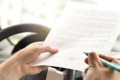 Unterzeichnende Miete oder Kaufen neu oder Gebrauchtwagen stockbild