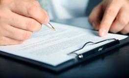Unterzeichnender Finanzvertrag Stockfoto