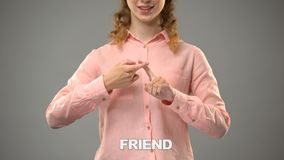 Unterzeichnender Freund Dame in asl, Text auf Hintergrund, Kommunikation für taubes, Lektion stock video