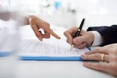 Unterzeichnender Geschäftsvertrag stockfoto