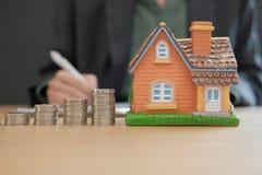 unterzeichnender Hypothekendarlehendarlehensvertrag der Geschäftsfrau mit Haus vorbildliche Co stockfotografie