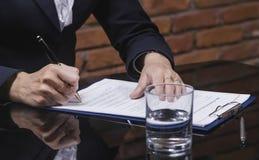 Unterzeichnender Jobvertrag der Geschäftsfrau Stockfoto
