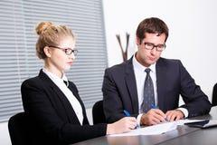 Unterzeichnender neuer Geschäftsvertrag Lizenzfreie Stockbilder