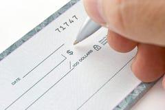 Unterzeichnender Scheck Lizenzfreie Stockfotografie