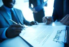 Unterzeichnender Vertrag lizenzfreies stockbild