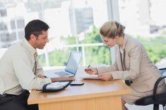 Unterzeichnender Vertrag der Geschäftsfrau am Interview Stockfoto
