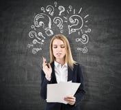 Unterzeichnender Vertrag der Geschäftsfrau nahe Fragezeichenskizzen Stockbild