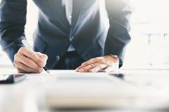 Unterzeichnender Vertrag des Geschäftsmannes, der ein Abkommen macht lizenzfreie stockfotografie