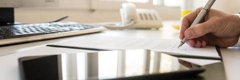Unterzeichnender Vertrag des Geschäftsmannes in einer breiten Panoramaansicht stockfotos