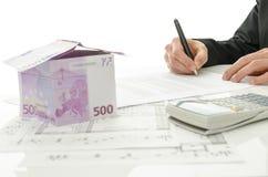 Unterzeichnender Vertrag des Hausverkaufs Lizenzfreie Stockfotos