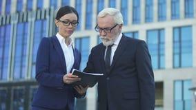 Unterzeichnender Vertrag des Investors mit weiblichem Direktor der großen Firma, Zusammenarbeit stock video footage