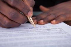 Unterzeichnender Vertrag des Wirtschaftlers Lizenzfreie Stockfotos